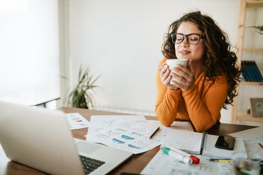 logiciel comptable graphiste femme prend une pause café